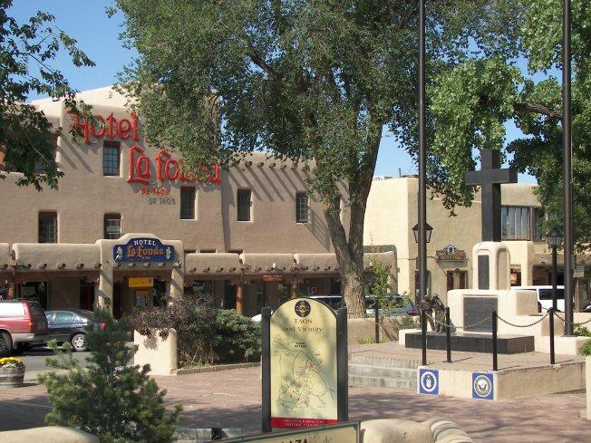 Taos_plaza_la_fonda
